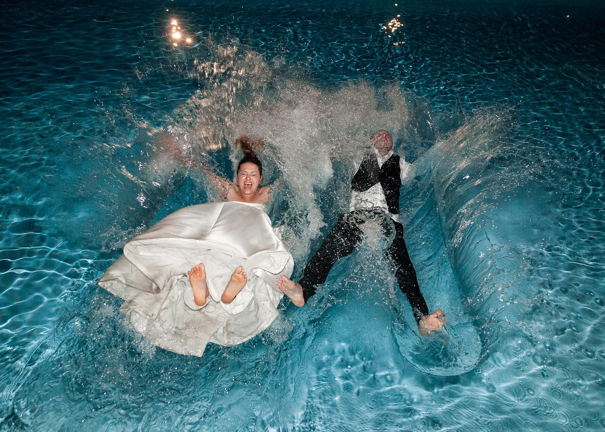 sposi piscina matrimonio