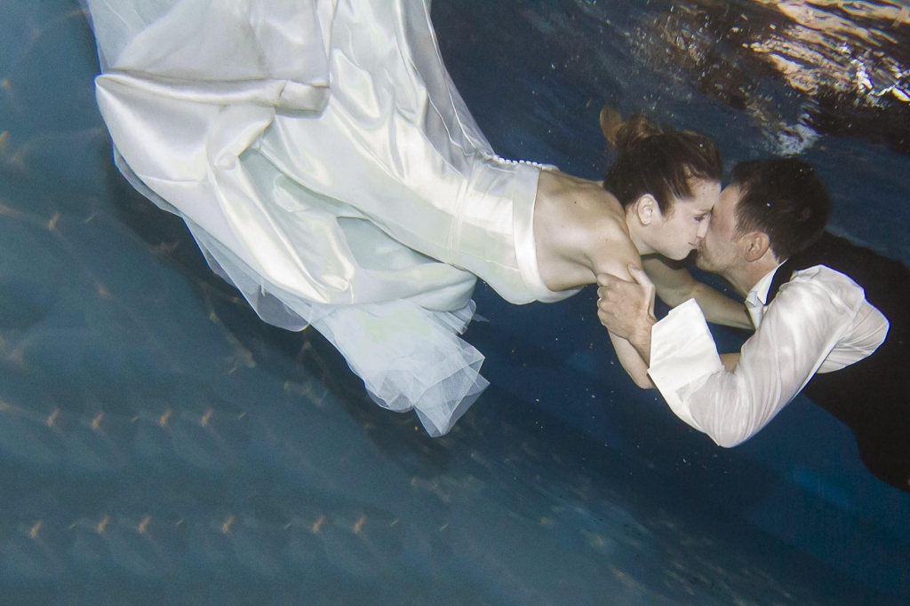 bacio sposi subacqueo in piscina