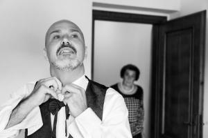 preparativi sposo con mamma a Pistoia fotografo di matrimonio a Pistoia