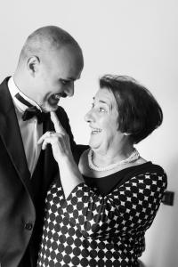preparativi sposo con mamma fotografo di matrimonio a Pistoia
