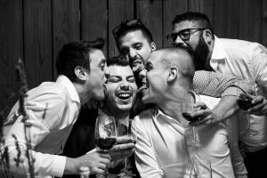 sposo che brinda con amici viene leccato a quarrata fattoria di santonuovo