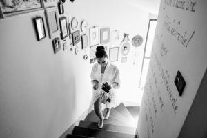 fotografo di matrimonio a pistoia preparativi della sposa che sale le scale