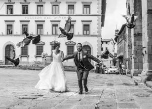 fotografo di matrimonio a pistoia gli sposi in piazza duomo rincorrono piccioni