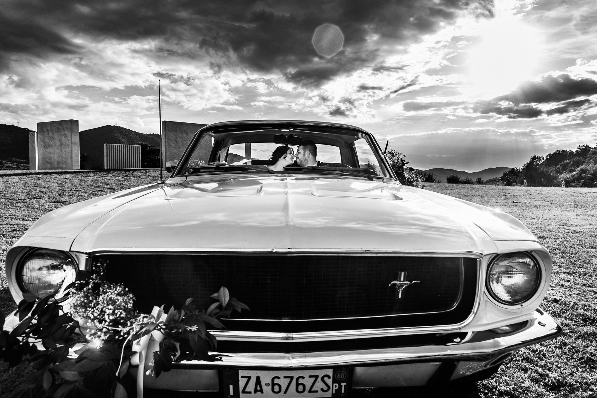 fotografo di matrimonio a quarrata gli sposi in auto mustang bn